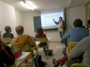 Fig. 2. Un profesor explica su secuencia AICLE al resto de compañeros/as del curso.